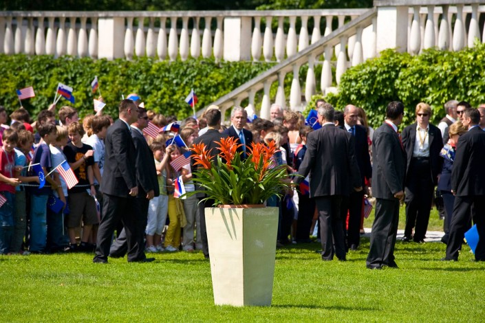A potted Guzmania plant with the President of the United States of America George W. Bush, at the EU – USA summit. Brdo Castle, Brdo pri Kranju, Slovenia, 10 June 2008